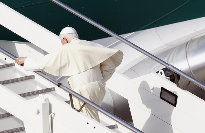 Viaggio di Benedetto XVI in Messico - La partenza da Fiumicino: il Papa mentre sale la scaletta dell'aereo (foto Reuters)