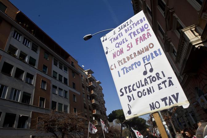 Sul cartello una canzone di Lucio Dalla («Caro Amico, ti scrivo») utilizzata per prendere in giro l'Alta velocità (Ansa/Percossi)