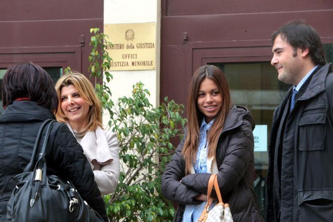 Ruby col suo avvocato all'ingresso del tribunale per i minori di Messina (Foto Enrico Di Giacomo)