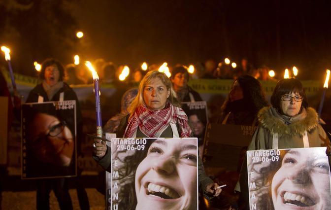A tre anni dal sisma la fiaccolata in ricordo delle vittime (Ansa)