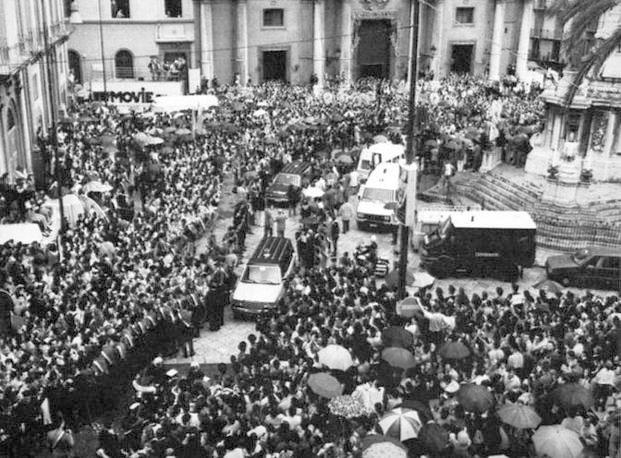 Un'immagine dell'alto della folla nel giorno dei funerali (Foto Ansa - Archivio Corriere)