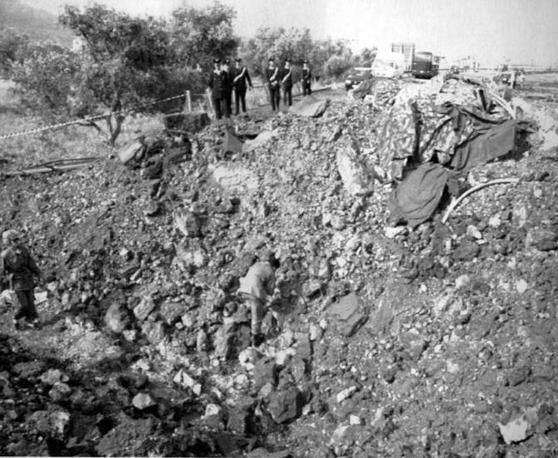 Il cratere creato dall'attentato (Foto Ap - Archivio Corriere)