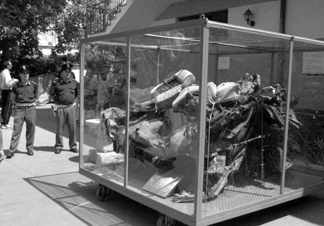 I resti dell'auto sulla quale viaggiava Falcone (Foto Ansa - Archivio Corriere)