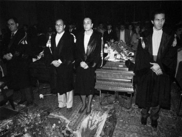 I magistrati di Palermo durante la veglia alla salma di Giovanni Falcone. In primo piano Gioacchino Natoli (Foto Ap - Archivio Corriere)