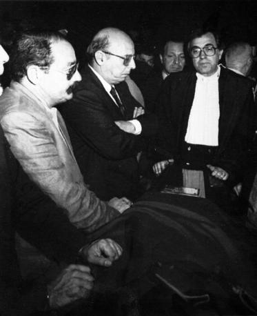 L'ommaggio del vice presidente del Csm Giovanni Galloni (Foto Ap - Archivio Corriere)