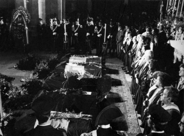 Le bare di Giovanni Falcone, Francesca Morvillo e degli agenti di scorta allineati nella camera ardente (Foto Ansa - Archivio Corriere)