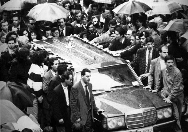 Il carro funebre con la salma di uno degli uomini di scorta (Foto Ap - Archivio Corriere)
