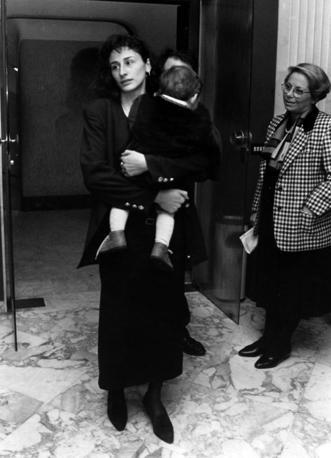Rosaria Costa con il figlio in braccio (Foto Archivio Corriere)