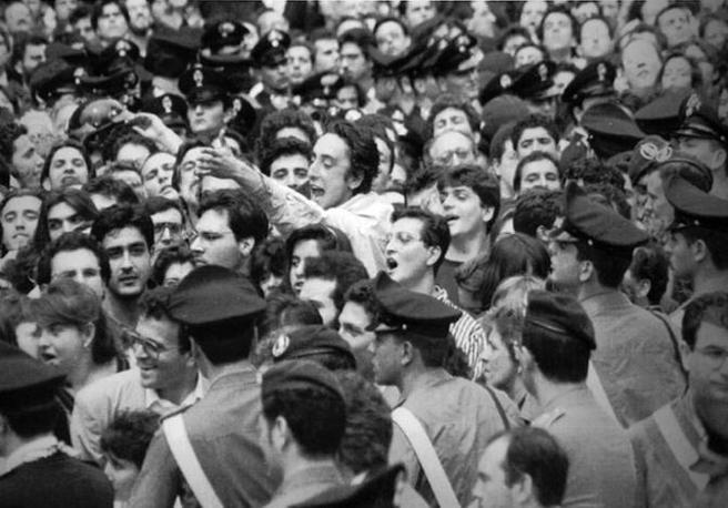 La rabbia della folla durante i funerali (Foto Ap -Archivio Corriere)