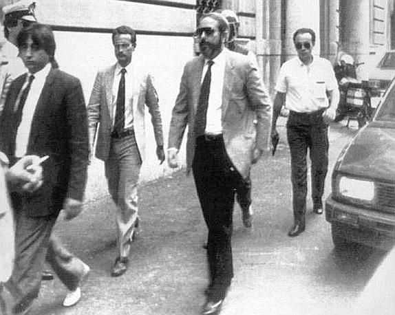 Una foto dell'89 con gli uomini della scorta (Foto Ap - Archivio Corriere)