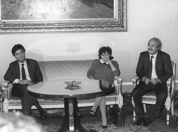Falcone con Claudio Martelli e Livia Pomodoro (Foto Archivio Corriere)