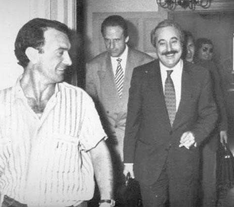 Falcone con il collega Leonardo Guarnotta dopo un'audizione in Commissione Antimafia nel giugno del 1990 (Foto Ap - Archivio Corriere)
