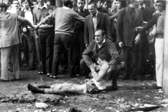 Un operaio soccorre uno dei feriti dell attentato a piazza della Loggia a Brescia il 28 maggio 1974. Il processo d'Appello si è chiuso con l'assoluzione di Francesco Delfino, Carlo Maria Maggi. Delfo Zorzi e Maurizio Tramonte (Ansa)