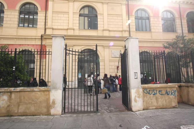 Palermo, tanta paura ma pochissimi danni per la scossa di terremoto di 4,2 gradi della scala Richter. Scuole ed uffici evacuati per precauzione (Foto Ansa/Lannino)