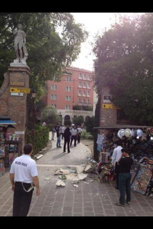 A Venezia crollata una statua vicino a Piazzale Roma (Roberto Capodieci)