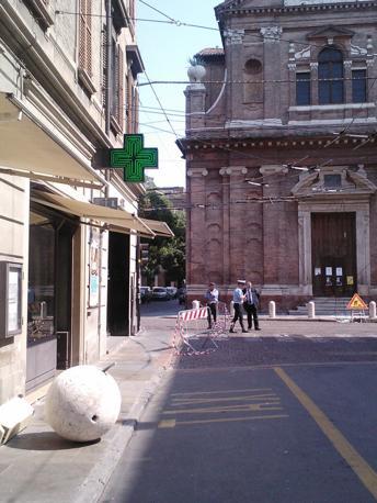 La palla di marmo precipitata dal tetto della chiesa del Voto a Modena