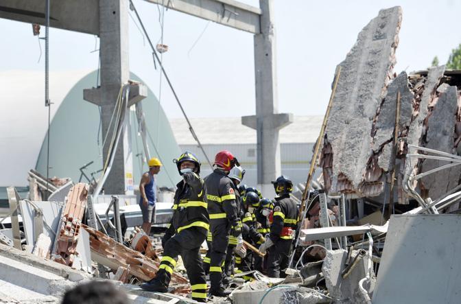 Vigili del fuoco al lavoro dopo il crollo di un'azienda a Mirandola (LaPresse)