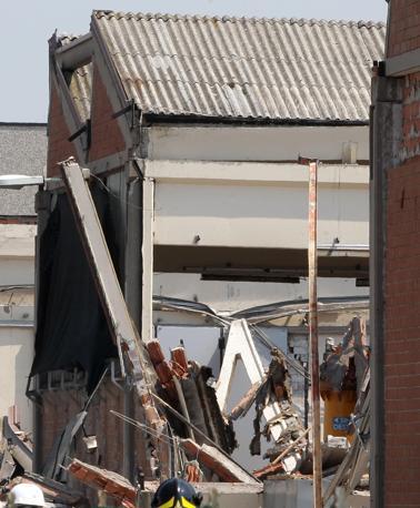 Il crollo per il sisma della fabbrica Meta di San Felice in cui hanno perso la vita tre persone (Ansa/Baracchi)