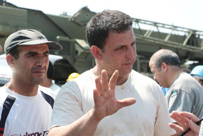 Il fratello di uno degli operai  morti nel crollo per il sisma della fabbrica Meta di San Felice (Ansa/Baracchi)