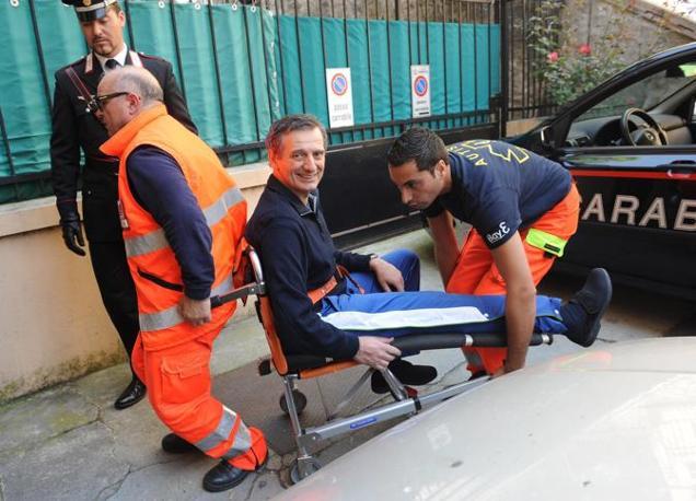 Il dirigente di Ansaldo Nucleare, Roberto Adinolfi, gambizzato lunedi 7 maggio, esce dall'ospedale San Martino di Genova (Ansa)