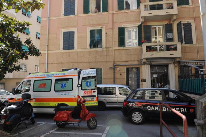 L'ambulanza e la macchina dei carabinieri che hanno appena portato a casa Roberto Adinolfi, dopo la dimissione dall'ospedale (Ansa)