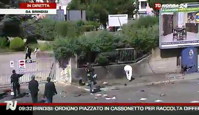 I rilievi della polizia davanti al cancello dell'Istituto professionale Morvillo Falcone di Brindisi . E' lì che è scoppiata la bomba (Ansa)