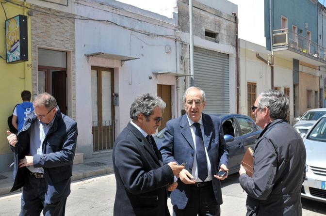 Il sindaco di Mesagne (Brindisi) Franco Scoditti in visita alla casa di Melissa Bassi (Ansa)
