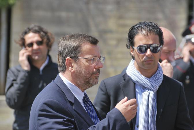 Il sindaco di Brindisi Mimmo Consales (a sinistra) sul luogo dell'attentato (LaPresse)