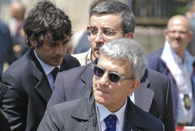 Il presidente della regione Puglia Nichi Vendola sul luogo dell'attentato (LaPresse)