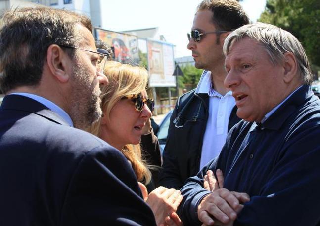 Don Luigi Ciotti (a destra) parla con il sindaco di Brindisi Mimmo Consales (Ansa)