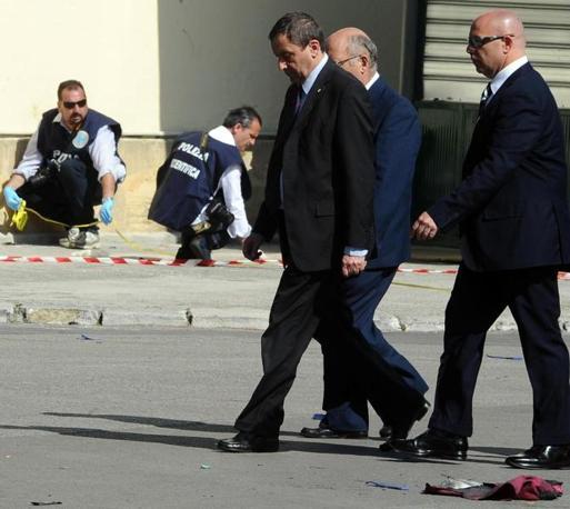 Il ministro dell'istruzione Francesco Profumo (al centro) sul luogo dell'attentato (Ansa)