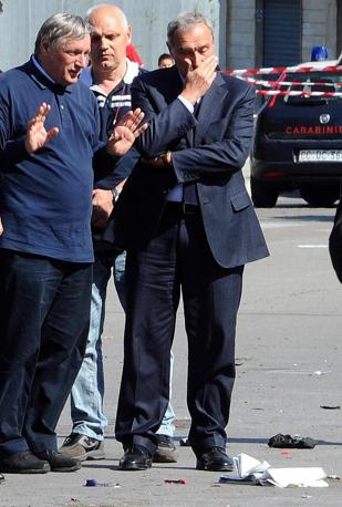 Il procuratore nazionale antimafia Pietro Grasso (a destra) con Don Ciotti sul luogo dell attentato (Ansa)