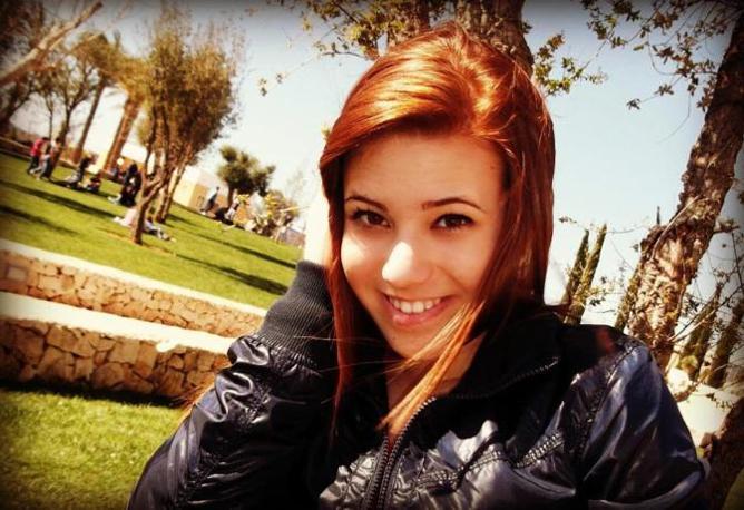 Melissa Bassi, la vittima dell'attentato di Brindisi, aveva solo 16 anni e veniva da Mesagne, popoloso comune non distante dal capoluogo. Su facebook molte immagini la ritraggono felice e con le amiche
