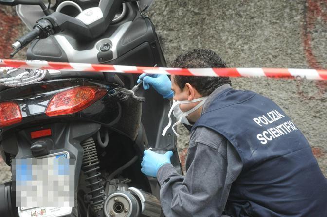 Rilievi della Polizia scientifica sulla moto probabilmente usata per compiere l'attentato (Ansa)