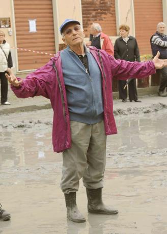 Nel gesto di quest'uomo la  desolazione degli abitanti di San Carlo (Cavicchi)
