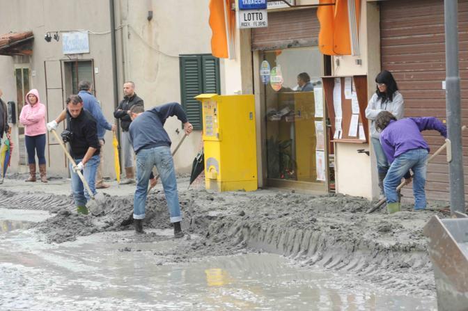 Gli abitanti di San Carlo cercano di liberare le strade dopo gli smottamenti del terreno (Cavicchi)