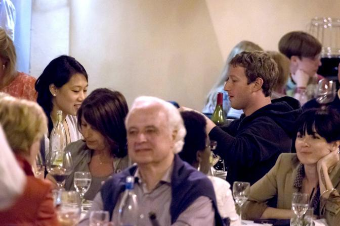 Mark Zuckerberg con la moglie Priscilla Chan a Roma per la loro luna di miele cenano in un ristorante vicino a Campo de&#39; Fiori (Olycom)