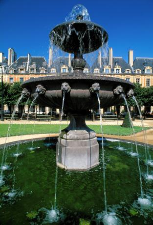 Sempre a Parigi la fontana di Place des Vosges (Olycom)