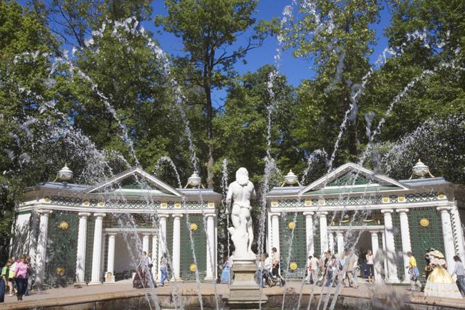Fontana nel parco del palazzo Peterhof a San Pietroburgo (Olycom)