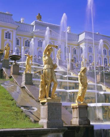 Particolare delle statue della  fontana di palazzo Peterhof a San Pietroburgo (Olycom)