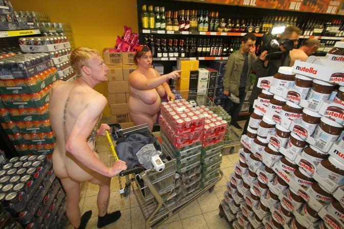 Curiosa iniziativa al nord della Germania, per l'apertura di un nuovo punto vendita: ai primi cento che si  fossero presentati nudi, un buono di 270 euro. Sono arrivati in 250...(Afp)