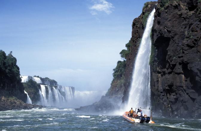 Le cascate di Iguazù, al confine tra  confine tra lo stato brasiliano del Paraná e la provincia argentina di Misiones (Olycom)