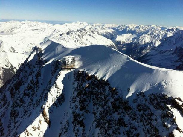 Il rifugio del Goûter, a 3.800 metri di altezza, ha un involucro esterno di pannelli in inox