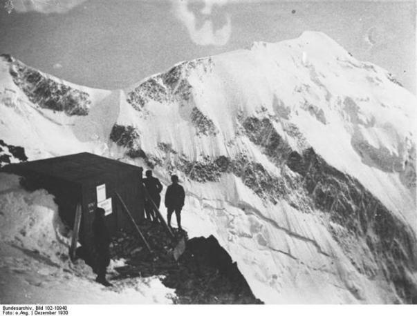 Nel 1906 fu costruito un piccolo rifugio dotato di sette posti (nella foto degli anni '30), sostituito da un nuovo rifugio nel 1962