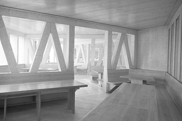 Una struttura ecosostenibile e autosufficiente al 90% a 2883 metri di altezza: il Neue Monte Rosa Hutte, è situato sul ghiacciaio di Gornegrat. Il rifugio hi-tech è di 5 piani: è in grado di modulare la luce naturale, così da permettere a tutte le sale interne di godere del panorama senza rinunciare al piacere della luce solare.