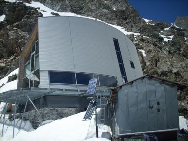 Il rifugio Gonella è stato inaugurato a luglio del 2011 ed è stato costruito su un picco di 3071 metri la val Veny. Affacciato sull'imponente ghiacciaio del Miage costituisce il punto di partenza per la via normale al Monte Bianco, dal versante italiano. E' stata mantenuta integra anche la primissima costruzione, una piccola baita in legno del 1891 (nella foto, in basso)