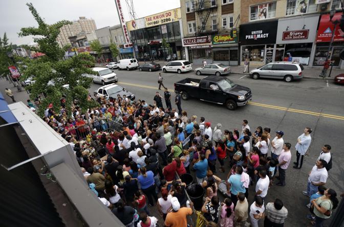 La strada di West New York in cui un nodo di un albero ricorda la Madonna di Guadalupe (Ap/Cortez)