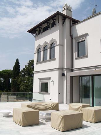 Secondo l'ipotesi accusatoria della procura di Roma, il senatore dell'ex Margherita avrebbe acquistato e ristrutturato l'edificio con denaro sottratto al partito di cui era tesoriere. Le prime stime parlano di circa 6 milioni di euro
