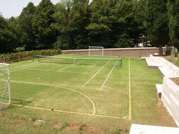Il capo di tennis e calcetto in erba sintetica