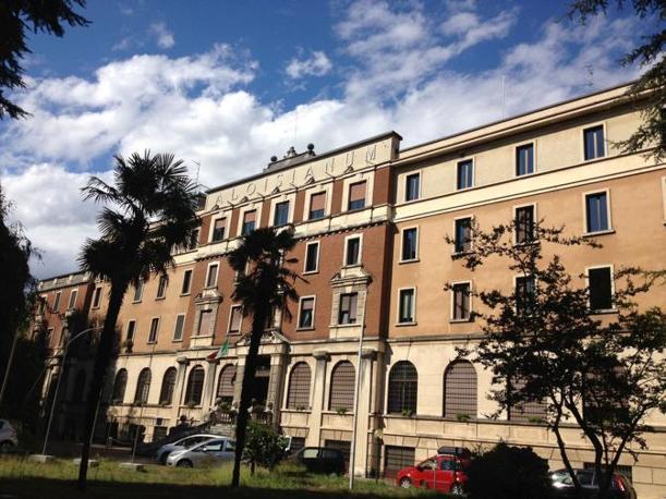 Da anni il cardinale Carlo Maria Martini viveva a Gallarate all'Aloisianum, Istituto di Studi Filosofici dei Gesuiti, dove sono assistiti anche altri confratelli anziani della Compagnia di Ges�